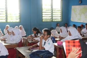 Para siswa sedang menunggu giliran hafalan bacaan shalat