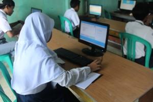 Para Siswa SMK Baru sedang mengisi soal berbasis komputer