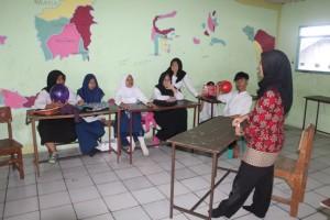 Para siswa SMK baru sedang diberi materi
