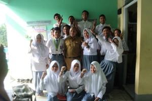 Foto bersama oleh Kepala Sekolah dan OSIS Baru